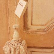 Armadio piemontese due ante in legno di abete vecchio laccato a mano. Particolare della lavorazione dell'anta. Mobili antichi Siena e Firenze