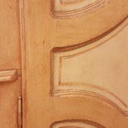 Armadio piemontese due ante in legno di abete vecchio laccato a mano. Particolare dell'anta. Mobili antichi Siena e Firenze
