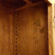 Armadio piemontese due ante in legno di abete vecchio laccato a mano. Particolare dell'interno.Mobili antichi Siena e Firenze
