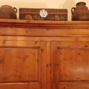 Armadio toscano due ante in legno di abete, metà Ottocento. Particolare del cappello. Mobili antichi Siena e Firenze