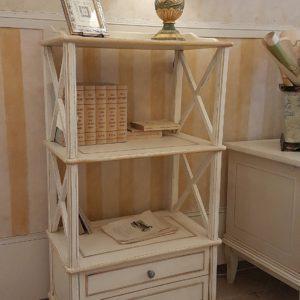 Libreria étagère stile inglese in legno di tiglio, due cassetti, laccata a mano. Mobili country Siena e Firenze1