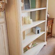Libreria a giorno in legno di tiglio laccata a mano. Particolare del fianco intero. Arredamento contemporaneo Siena e Firenze