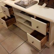 Porta tv in legno di pioppo laccato a mano con cassetti. Particolare cassetti. Arredamento contemporaneo e su misura Siena e Firenze.