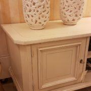 Porta tv in legno di pioppo lavccato a mano color avorio.Arredamento contemporaneo Siena e Firenze particolare sportello frontale
