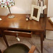 Scrittoio in legno di ciliegio, piano rettangolare a un cassetto, con due tiretti laterali. Aperto. Arredamento contemporaneo su misura Siena e Firenze