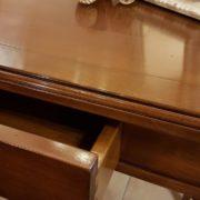 Scrittoio in legno di ciliegio, piano rettangolare a un cassetto, con due tiretti laterali. Il cassetto. Arredamento contemporaneo su misura Siena e Firenze