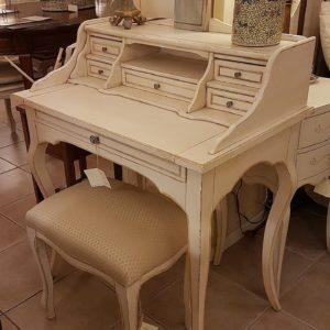 Scrittoio in legno di tiglio a sei cassetti, piano rettangolare e alzata, laccato e decorato a mano. Arredamento contemporaneo su misura Siena e Firenze