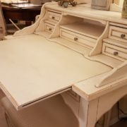 Scrittoio in legno di tiglio a sei cassetti, piano rettangolare e alzata, laccato e decorato a mano. Il piano estraibile. Arredamento contemporaneo su misura Siena e Firenze