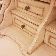 Scrittoio in legno di tiglio a sei cassetti, piano rettangolare e alzata, laccato e decorato a mano. L'alzata. Arredamento contemporaneo su misura Siena e Firenze
