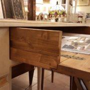 Scrittoio in legno di tiglio a un cassetto, piano rettangolare, laccato e decorato a mano. Il cassetto aperto. Arredamento contemporaneo Siena e Firenze