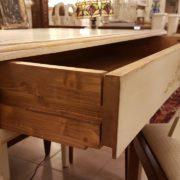 Scrittoio in legno di tiglio a un cassetto, piano rettangolare, laccato e decorato a mano. Il cassetto di lato. Arredamento contemporaneo Siena e Firenze