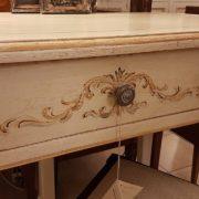 Scrittoio in legno di tiglio a un cassetto, piano rettangolare, laccato e decorato a mano. Il cassetto. Arredamento contemporaneo Siena e Firenze