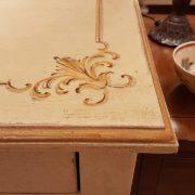 Scrittoio in legno di tiglio a un cassetto, piano rettangolare, laccato e decorato a mano. La decorazione. Arredamento contemporaneo Siena e Firenze