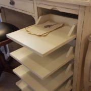 Scrittoio-porta computer in legno di ciliegio, piano rettangolare, alzata a due cassetti cassettiera a rullo.Arredamento contemporaneo su misura Siena e Firenze (3)