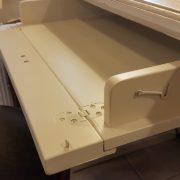 Scrittoio-porta computer in legno di ciliegio, piano rettangolare, alzata a due cassetti cassettiera a rullo.Arredamento contemporaneo su misura Siena e Firenze (7)