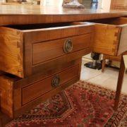 Scrivania lastronata in legno di noce, cinque cassetti piano rettangolare. I cassetti. Arredamento contemporaneo Siena e Firenze