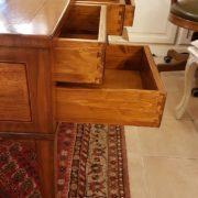 Scrivania lastronata in legno di noce, cinque cassetti piano rettangolare. Il fianco. Arredamento contemporaneo Siena e Firenze