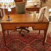 Scrivania lastronata in legno di noce, cinque cassetti piano rettangolare. Il retro. Arredamento contemporaneo Siena e Firenze