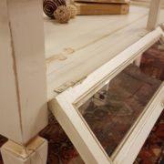 Tavolino da fumo in legno di ciliegio laccato a mano a bacheca. Particolare apertura anta singola. Arredamento contemporaneo e su misura Siena e Firenze.