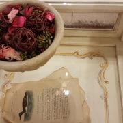 Tavolino da fumo in legno di ciliegio laccato a mano a bacheca. Particolare decoro interno. Arredamento contemporaneo e su misura Siena e Firenze