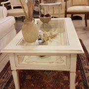 Tavolino da fumo in legno di ciliegio laccato a mano a bacheca. Particolare laterale. Arredamento contemporaneo e su misura Siena e Firenze