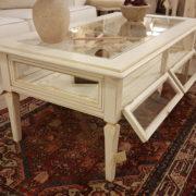 Tavolino da fumo in legno di ciliegio laccato a mano a bacheca.Particolare apertura ante a vetro. Arredamento contemporaneo e su misura Siena e Firenze