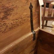 Cassapanca vecchia laccata a mano con filetto decorativo. Particolare ferrramenta interna. Mobili antichi Siena e Firenze