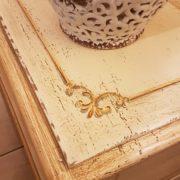 Cassapanca vecchia laccata a mano con filetto decorativo. Particolare filetto sul piano. Mobili antichi Siena e Firenze