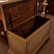 Cassapanca vecchia laccata a mano con filetto decorativo.Particolare apertura piano. Mobili antichi Siena e Firenze