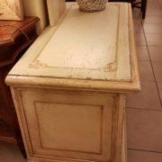 Cassapanca vecchia laccata a mano con filettoo decorativo. Particolare laterale. Mobili antichi Siena e Firenze