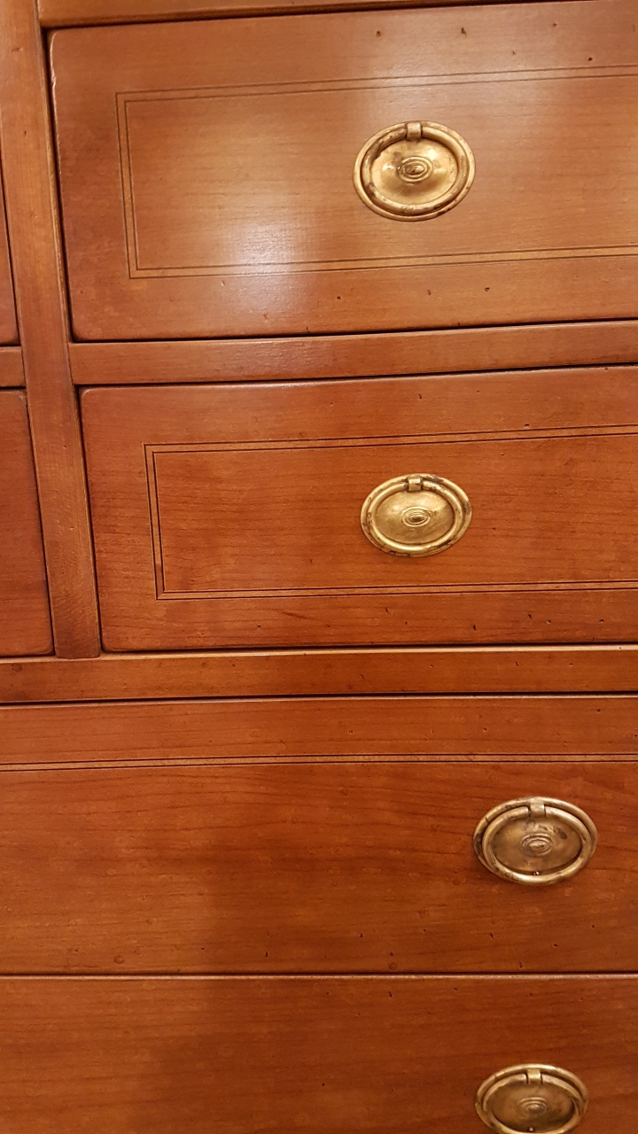 https://www.ilborgacciointerni.it/wp-content/uploads/2017/12/Cassettiera-in-legno-di-ciliegio-a-otto-cassetti-piccoli-e-tre-grandi-con-intarsi-in-bois-de-rose.-La-finitura.-Arredamento-contemporaneo-su-misura-Siena-e-Firenze.jpg