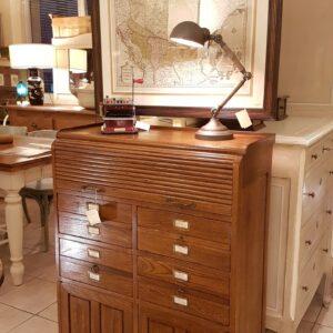 Cassettiera schedario in legno di rovere massello a cinque cassetti e due sportelli. Arredamento classico contemporaneo Siena e Firenze