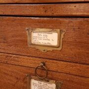 Cassettiera schedario in legno di rovere massello a cinque cassetti e due sportelli. I cassetti. Arredamento classico contemporaneo Siena e Firenze