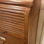 Cassettiera schedario in legno di rovere massello a cinque cassetti e due sportelli. I cassetti. Arredamento classico contemporaneo Siena e Firenze (2)