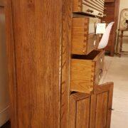 Cassettiera schedario in legno di rovere massello a cinque cassetti e due sportelli. Il fianco. Arredamento classico contemporaneo Siena e Firenze