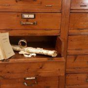 Cassettiera schedario originale primi del Novecento in legno di abete a trenta cassetti con fronte ribaltabile. I cassetti. Mobili antichi Siena e Firenze