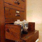 Cassettiera schedario originale primi del Novecento in legno di abete a trenta cassetti con fronte ribaltabile. Il cassetto. Mobili antichi Siena e Firenze