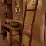 Consolle bagno in olmo antico massello di Nature Design. Portasciugamani scaletta in legno di recupero. Arredamento contemporaneo su misura Siena e Firenze