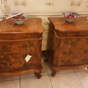Coppia di comodini metà Novecento in stile olandese a tre cassetti in legno lavorato a multistrato curvato. Mobili antichi Siena e Firenze
