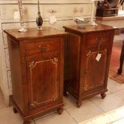 Coppia di comodini metà Ottocento in legno di abete con un cassetto e uno sportello. Mobili antichi Siena e Firenze
