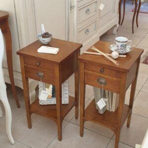 Coppia di tavolini comodini in ciliegio con due cassetti e piano con filetto intarsiato. Arredamento classico contemporaneo Siena e Firenze