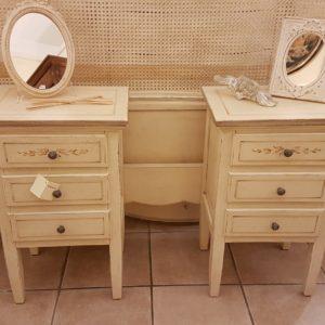Tavolini comodini laccati a mano in legno di tiglio con tre cassetti . Arredamento contemporaneo su misura Siena e Firenze