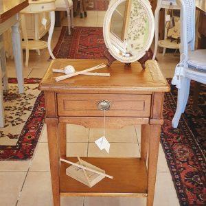 Tavolino comodino in legno di cilegio intarsiato con un cassetto e un ripiano sottostante. Arredamento classico contemporaneo Siena e Firenze
