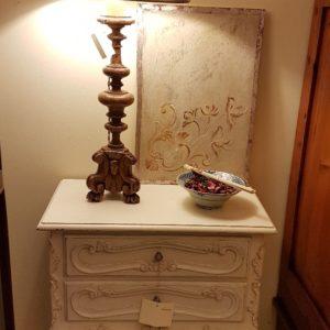 Tavolino-comodino primi Novecento due cassetti in legno di faggio laccato a mano. Mobili antichi Siena e Firenze
