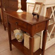 Tavolino consolle in legno di tiglio con cassetto e ripiano. Particolare. Arredamento contemporaneo su misura Siena e Firenze