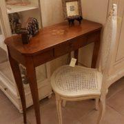 Tavolino consolle intarsiato con cassetto. Abbinamento con sedia laccata in paglia di Vienna. Arredamento contemporaneo su misura Siena e Firenze
