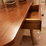 Tavolino consolle intarsiato con cassetto. Particolare apertura cassetto. Arredamento contemporaneo su misura Siena e Firenze