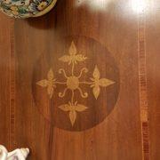 Tavolino consolle intarsiato con cassetto. Particolare intarsio sul piano. Arredamento contemporaneo su misura Siena e Firenze