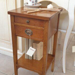 Tavolino in ciliegio con due cassetti e piano con filetto intarsiato. Arredamento classico contemporaneo Siena e Firenze.