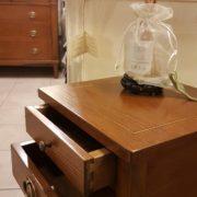 Tavolino in ciliegio con due cassetti e un ripiano. Particolare apertura cassetti. Arredamento contemporaneo su misura Siena e Firenze